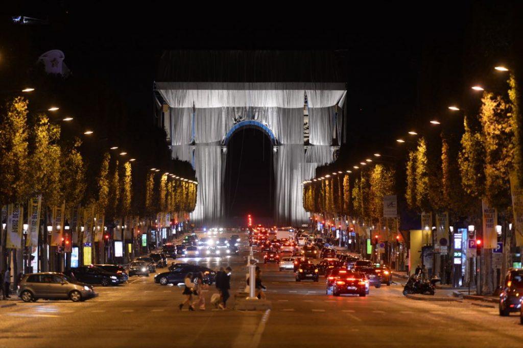 """El Arco del Triunfo """"empaquetado"""", en el final de la avenida de los Campos Eliseos de París."""