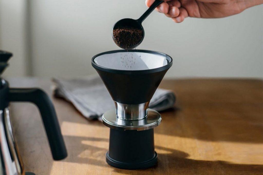 Práctica, simple de usar y bien chic. Así es la cafetera The Brew de Balmuda.
