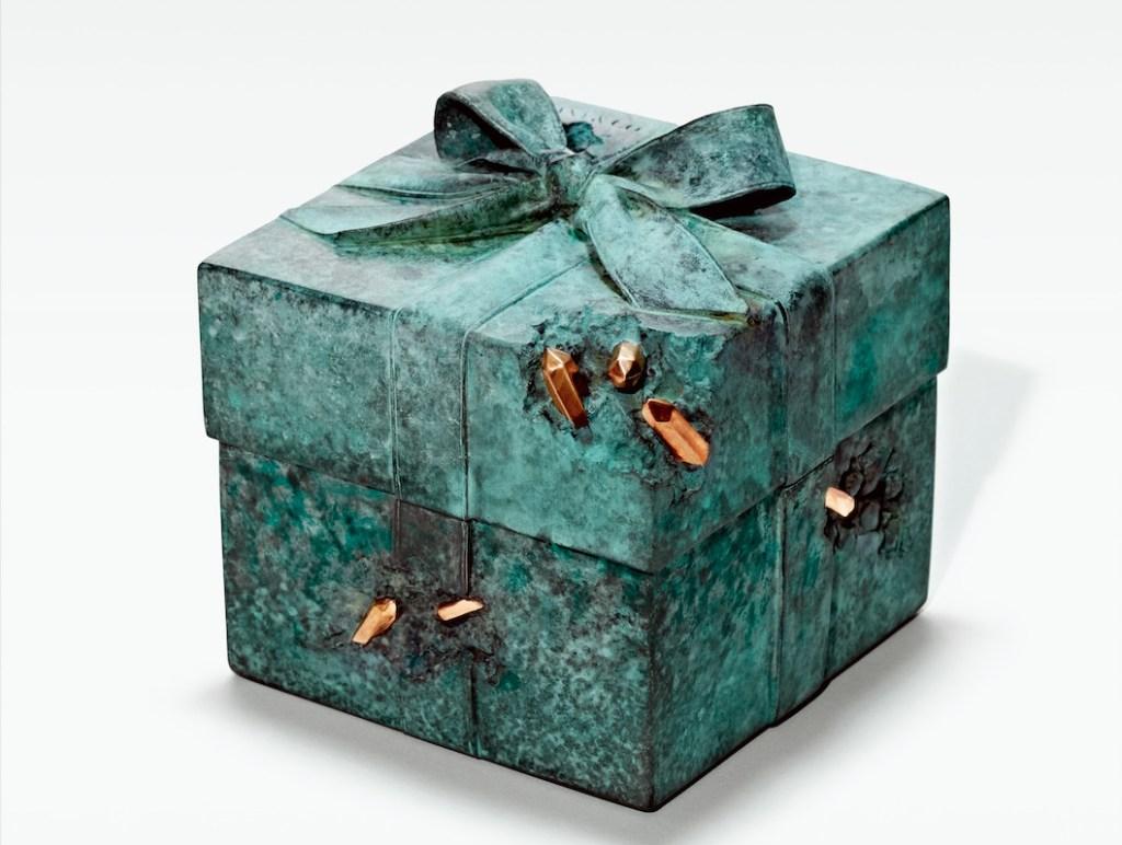 El bronce envejecido, la seña particular del arte de Ashram sobre la Tiffany Blue Box.