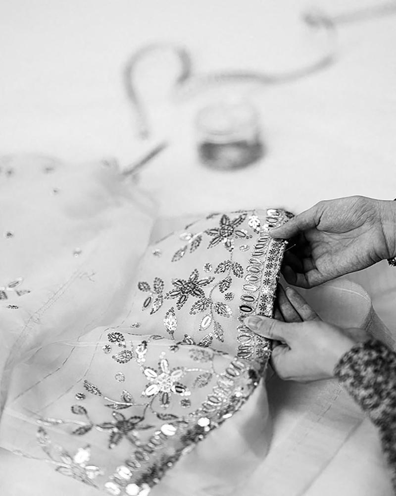 """El bordado, la clave del lujo artesanal del vestido Chanel de la película sobre Lady Di """"Spencer""""."""