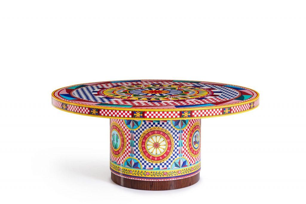 La mesa de Dolce & Gabbana con el motivo Carretto de la firma.