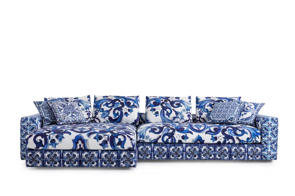 El sofá, una de las piezas clave de la línea deco de Dolce & Gabbana.