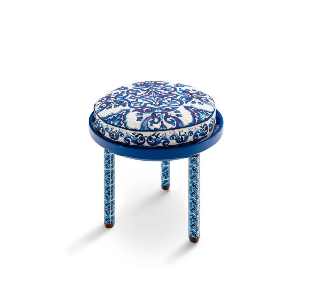 Azul y blanco mediterráneo y con el sello de Dolce & Gabbana.