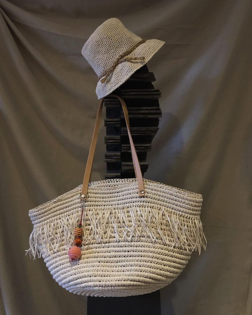 Gorro piluso y bolso hecho a mano con rafia, 100 % Farfalla.