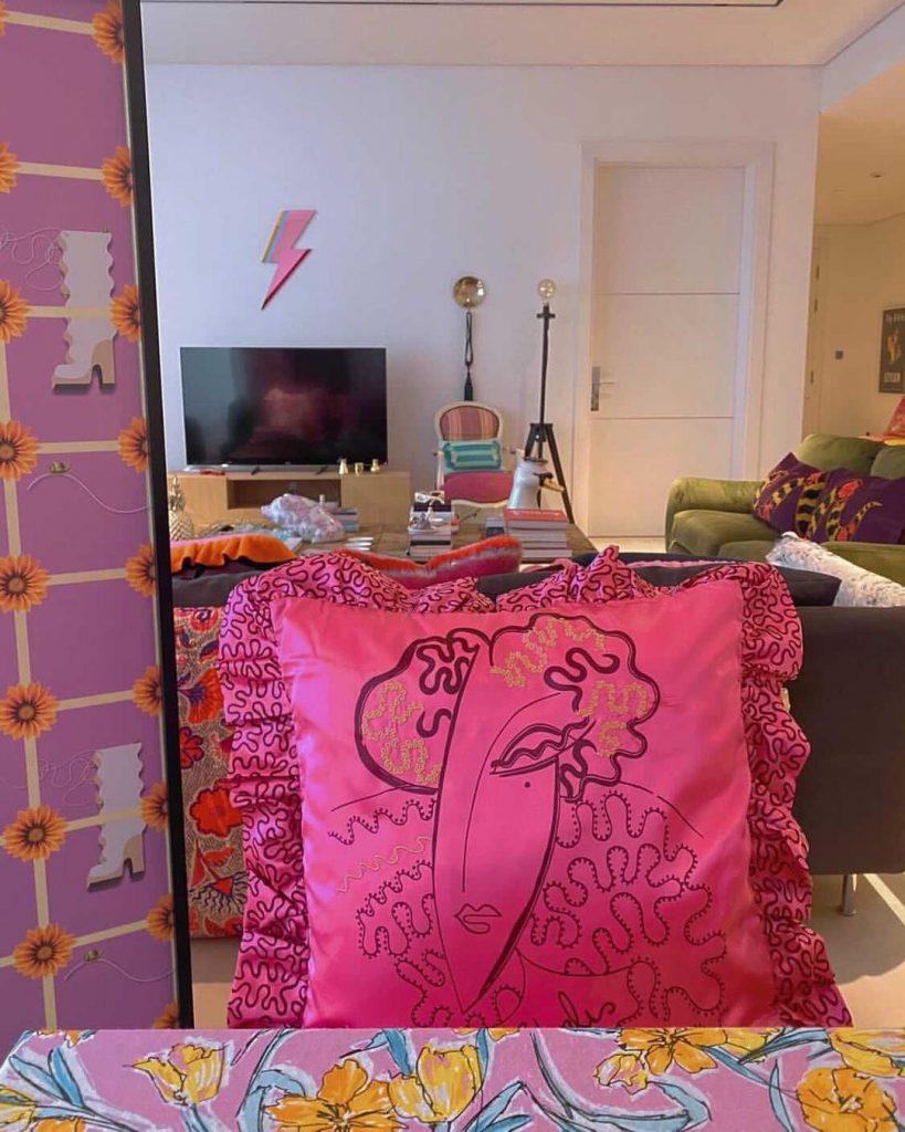 """Un almohadón en el primer plano de una """"habitación de Zandra Rhodes"""" de Ikea inspirada en el encierro de 2020."""