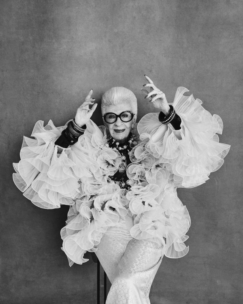 Retrato de Iris Apfel, un ícono de moda único.