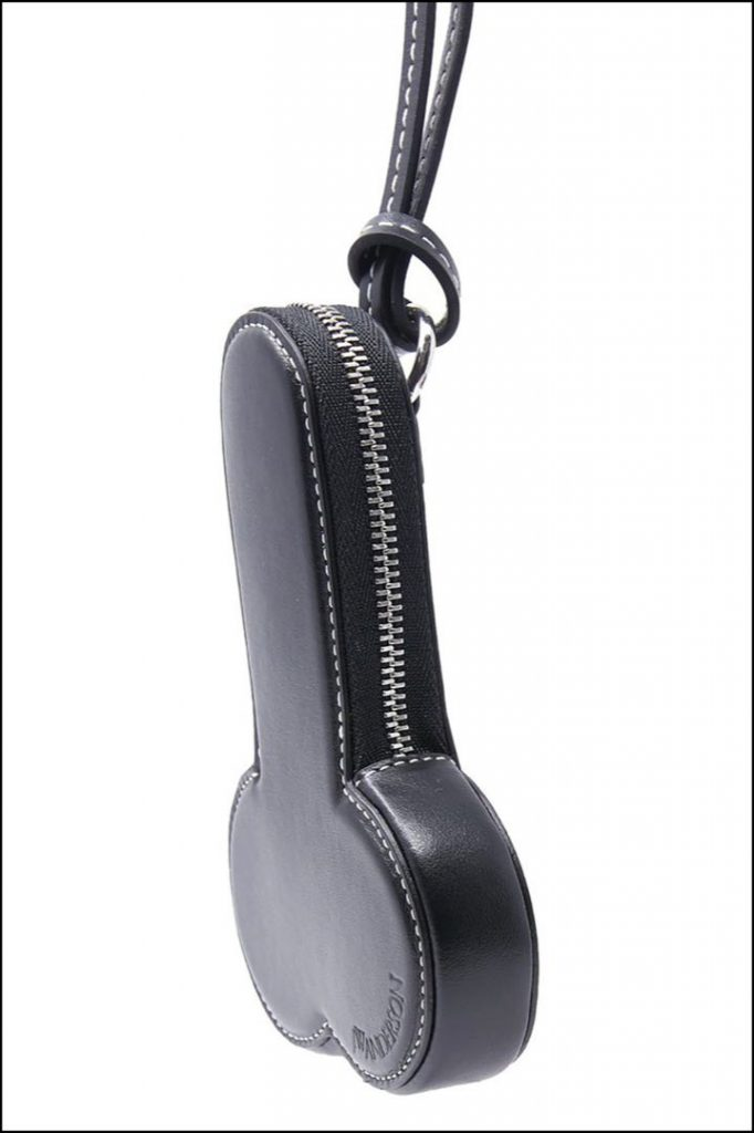 Parece la funda de una guitarra, pero es un monedero inspirado en un pene.