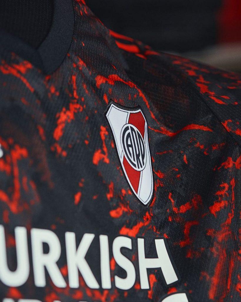 El diseño de la camiseta de River vuelve a ser en rojo y negro.