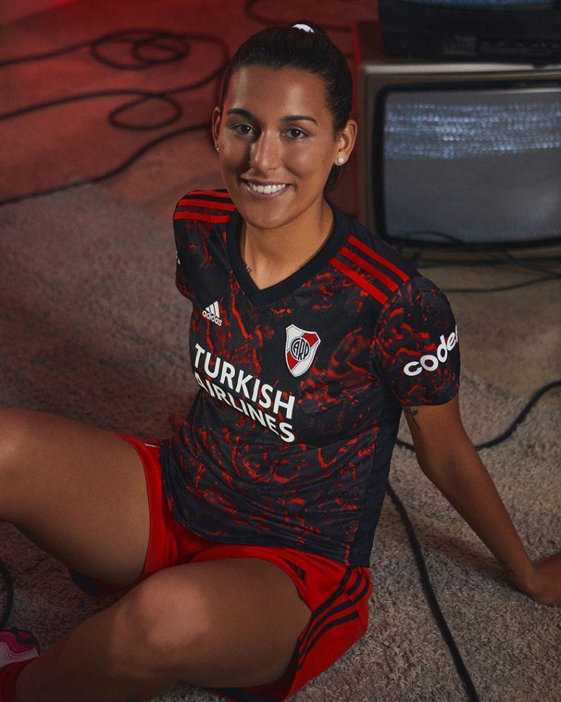 Las futbolistas Martina Del Trecco y Giuliana Gonzalez también estrenaron la camiseta que el sábado debuta en la cancha.