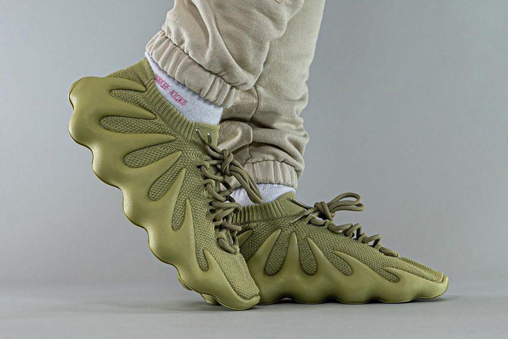 """Los sneakers YEEZY 450 """"Dark Sulphur"""", hit de temporada 2021."""