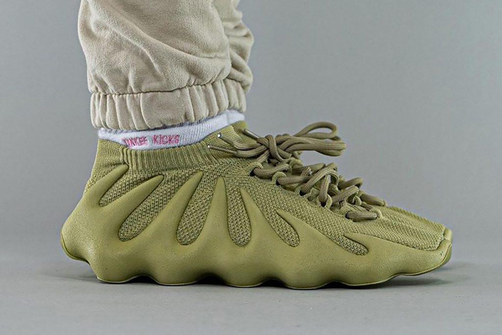 """La zapatilla adidas YEEZY 450 """"Dark Sulphur""""."""
