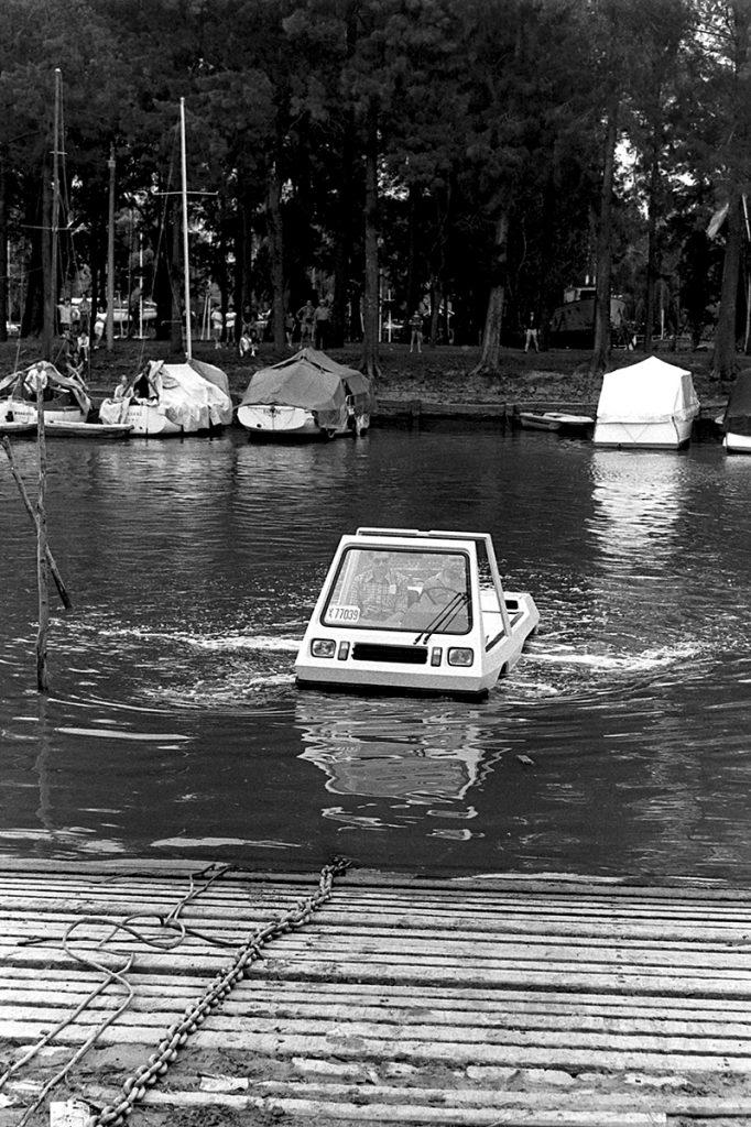 El coche anfibio argentino diseñado con fines funcionales, para el campo y desastres naturales.