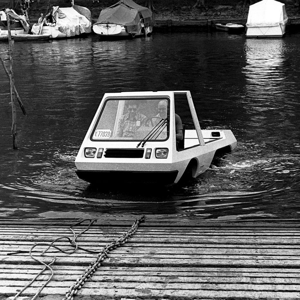 El auto anfibio era liviano y podía desplazarse tanto por tierra como por agua.