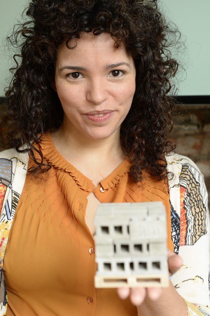 Cecilia Capuzzello con una pieza de blo.