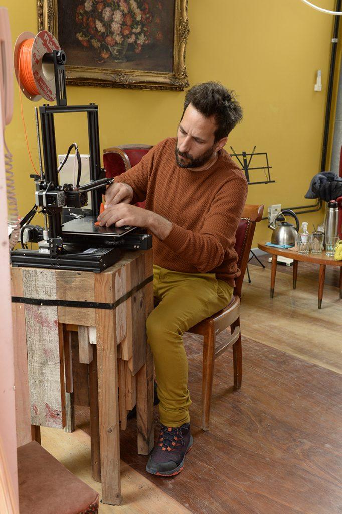 Kida Kawer en plena fabricación de una mini pieza de blo.