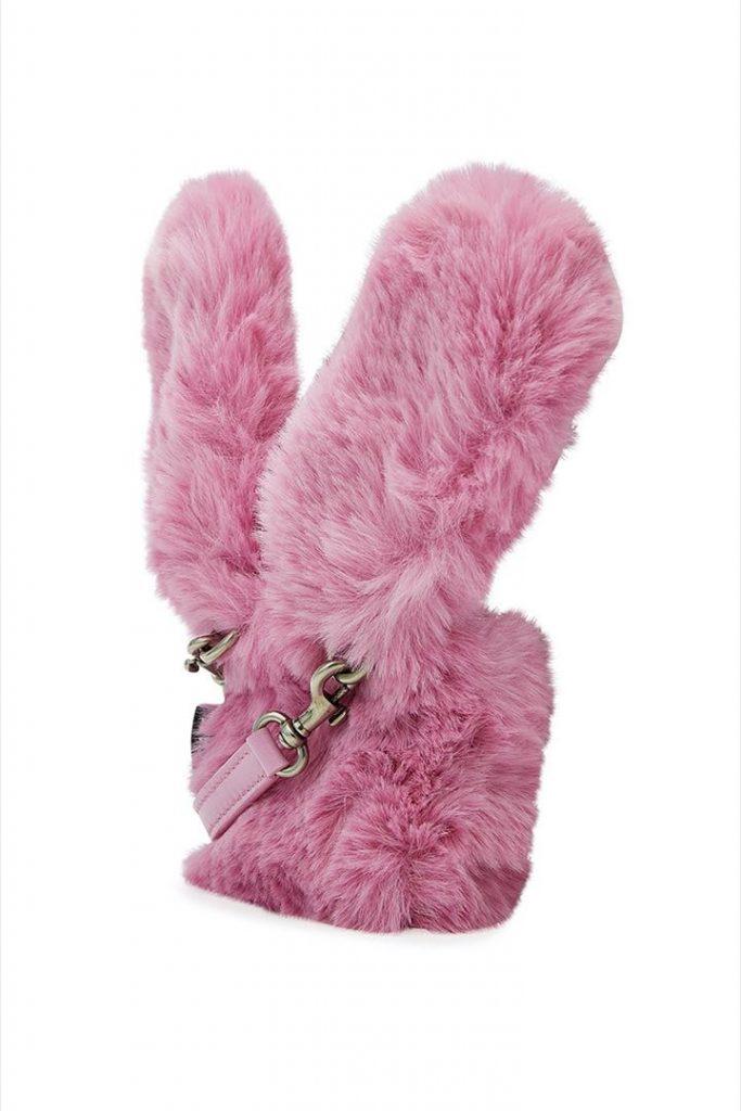 Los iPhone Bunny Case de Balenciaga tienen una correa de cuero en el mismo color rosa.