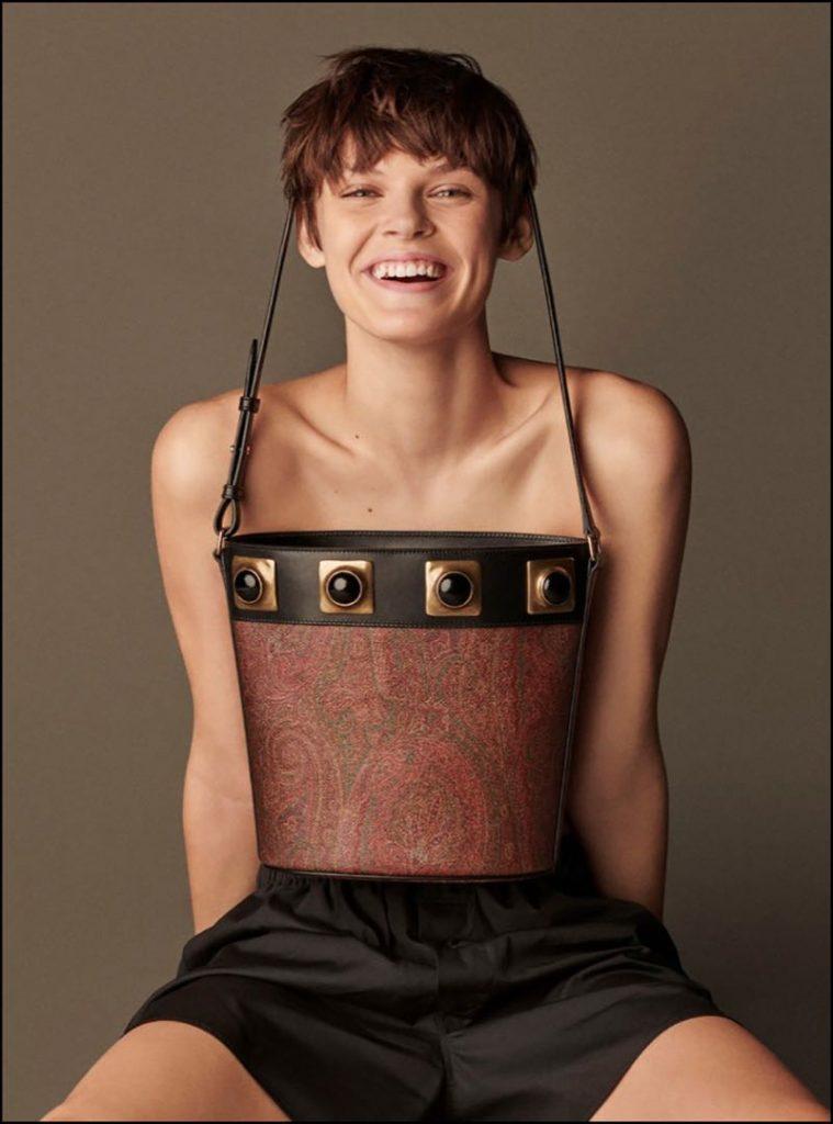 La modelo feliz con su la cartera Bucket Paisley Crown Me de Etro.