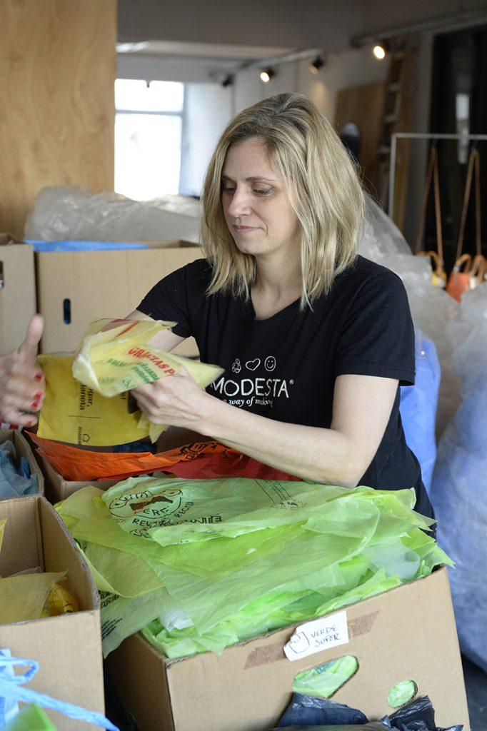 Emiliana separa las bolsas plásticas, la primera parte del proceso Modesta.