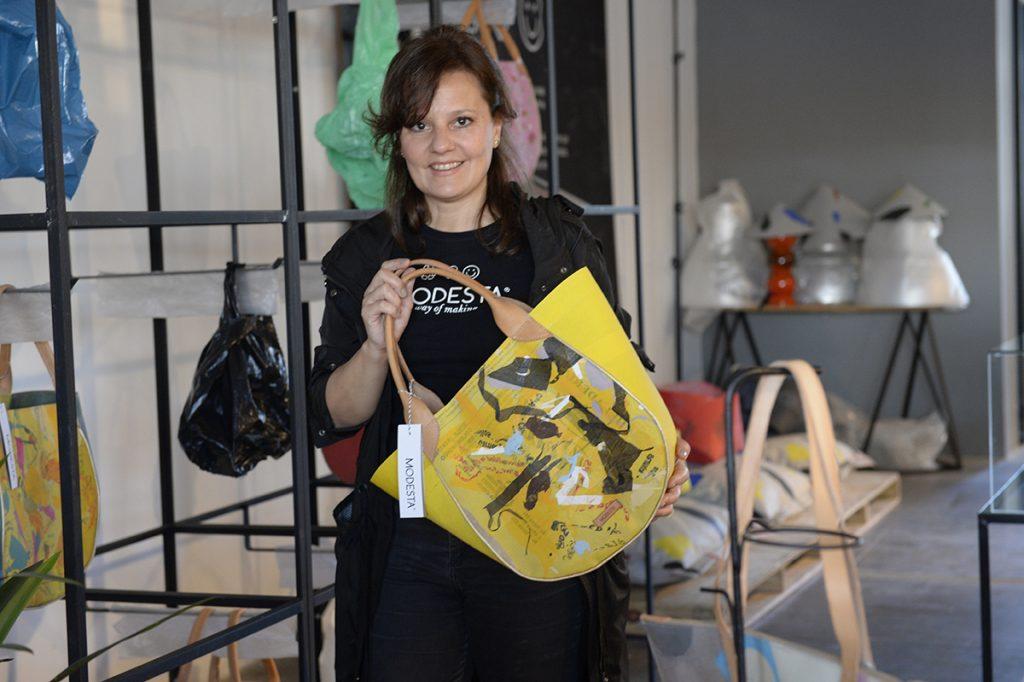 Paula aplica un arte diferente en cada objeto de Modesta.